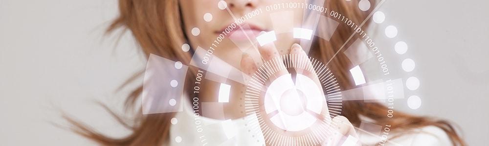 žena, která se dotkne tlačítka z dat ve smyslu Uniqa zjednodušuje vykazování