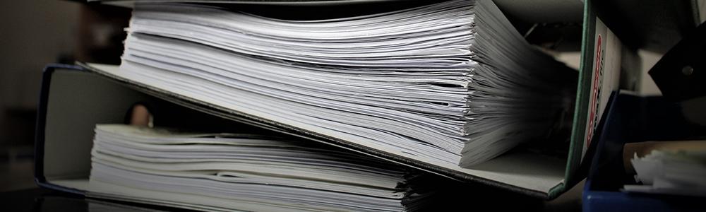 papírové pořadače symbolizující bezpapírové kanceláře a automatizované procesy