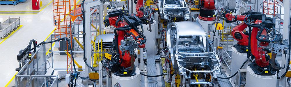 Automobilová výrobní hala symbolizuje, že EDI je součástí automotive.