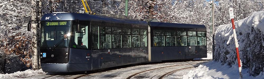 tramvaj, která projíždí zasněženou krajinou ve smyslu eXite a síť PEPPOL propojují světy