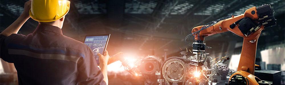 pracovník v automobilovém průmyslu se dívá na tablet, což znamená, že GEWE-TEC používá EDI ve světě automotive