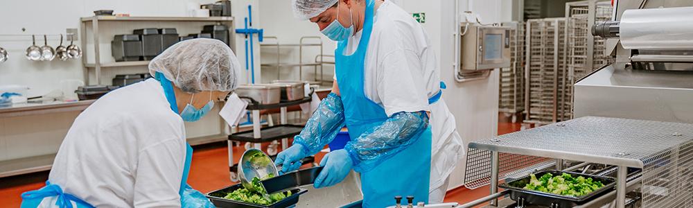 zaměstnanci pracující v kuchyni dodavatele hotových jídel Rastenberger